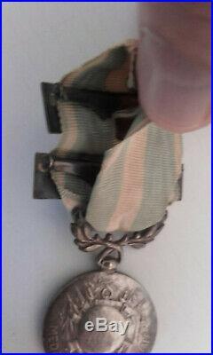 Belle médaille coloniale, deux agrafes à clapet