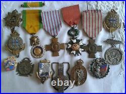 LOT MEDAILLES & INSIGNES MILITAIRES Légion d'honneur, Croix de Guerre, militaria