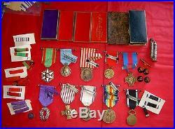 Lot Medailles, Insignes, Boites Vides, Rubans, Briquet, Fouragere Et Divers