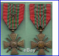 Rare croix de guerre sans millésime, bronze clair. Soudure sur l'épaisseur